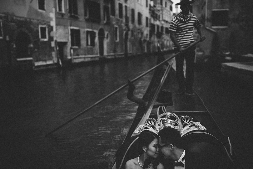 venice gondola wedding photos
